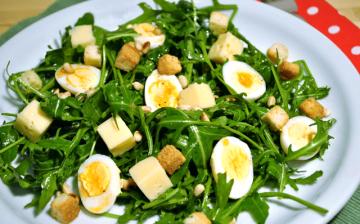 Huevos de codorniz sobre ensalada de rúcula 2.2